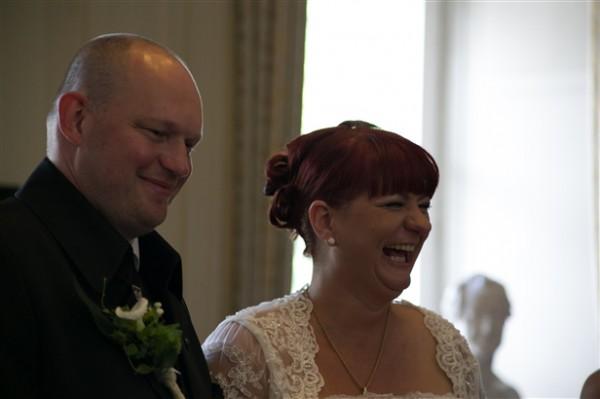 Hochzeitsfotograf Oldenburg Braut und Bräutigam lachen