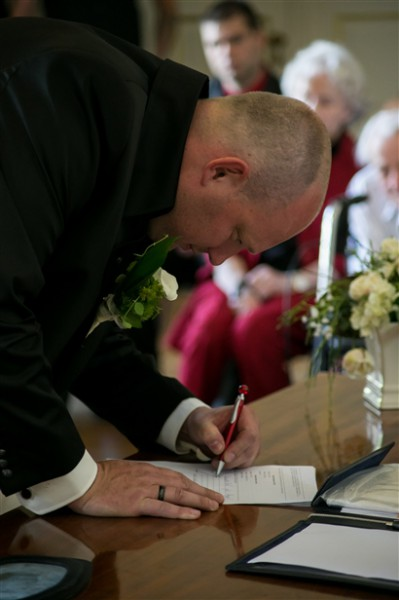 Hochzeitsfotograf Oldenburg - Bräutigam unterschreibt