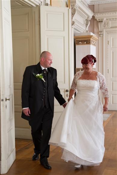 Hochzeitsfotograf Oldenburg - Brautpaar läuft aus dem Trauzimmer heraus