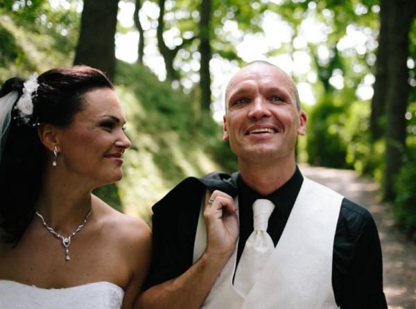Hochzeitsfotograf Bremen - Brautpaar spaziert durch den Park