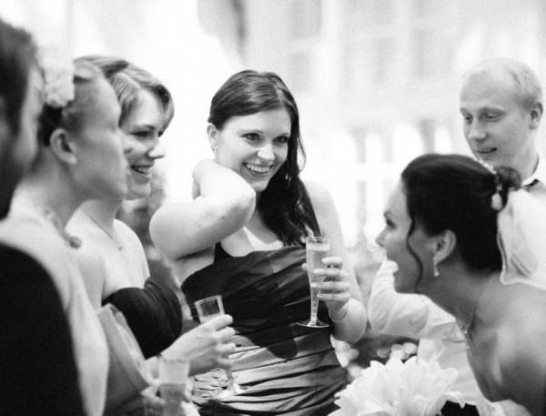 Braut und Brautjungfern beim Sektempfang