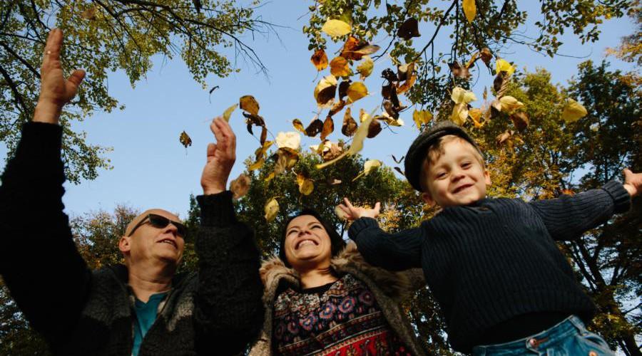 Fotograf Bremen - Familie schmeißt mit Laub