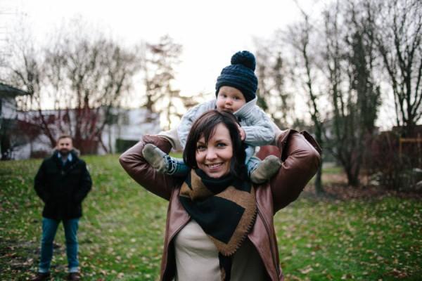 Mama trägt Kleinkind auf den Schultern