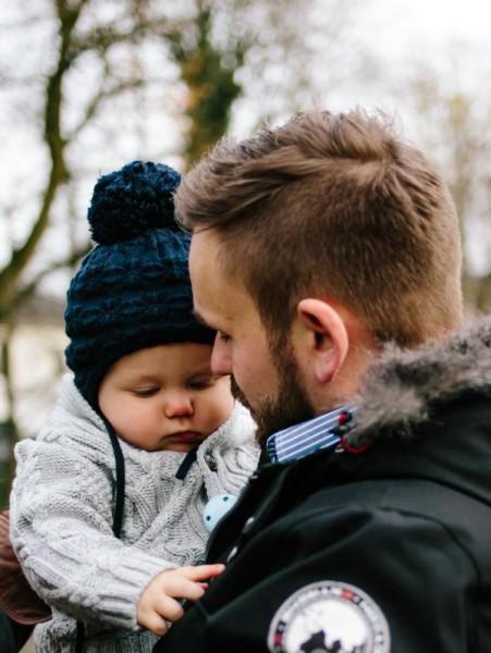 Kleinkind kuschelt sich an den Vater