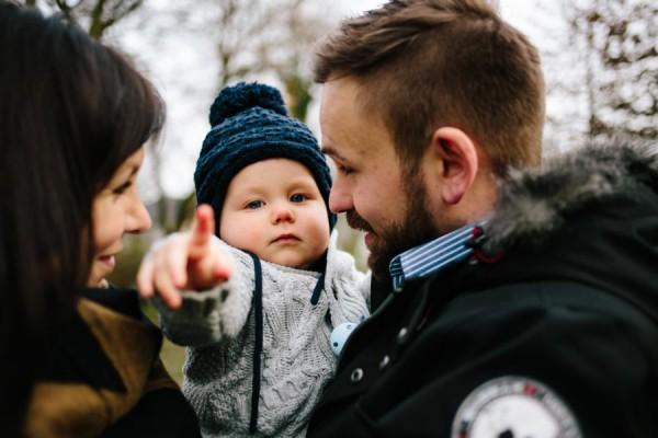 Kleinkind zeigt auf den Fotografen
