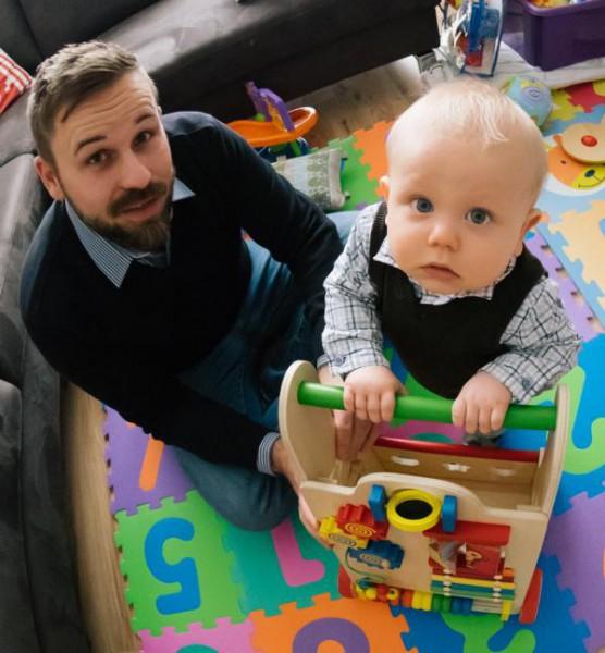 Kleinkind und Vater beim Spielen