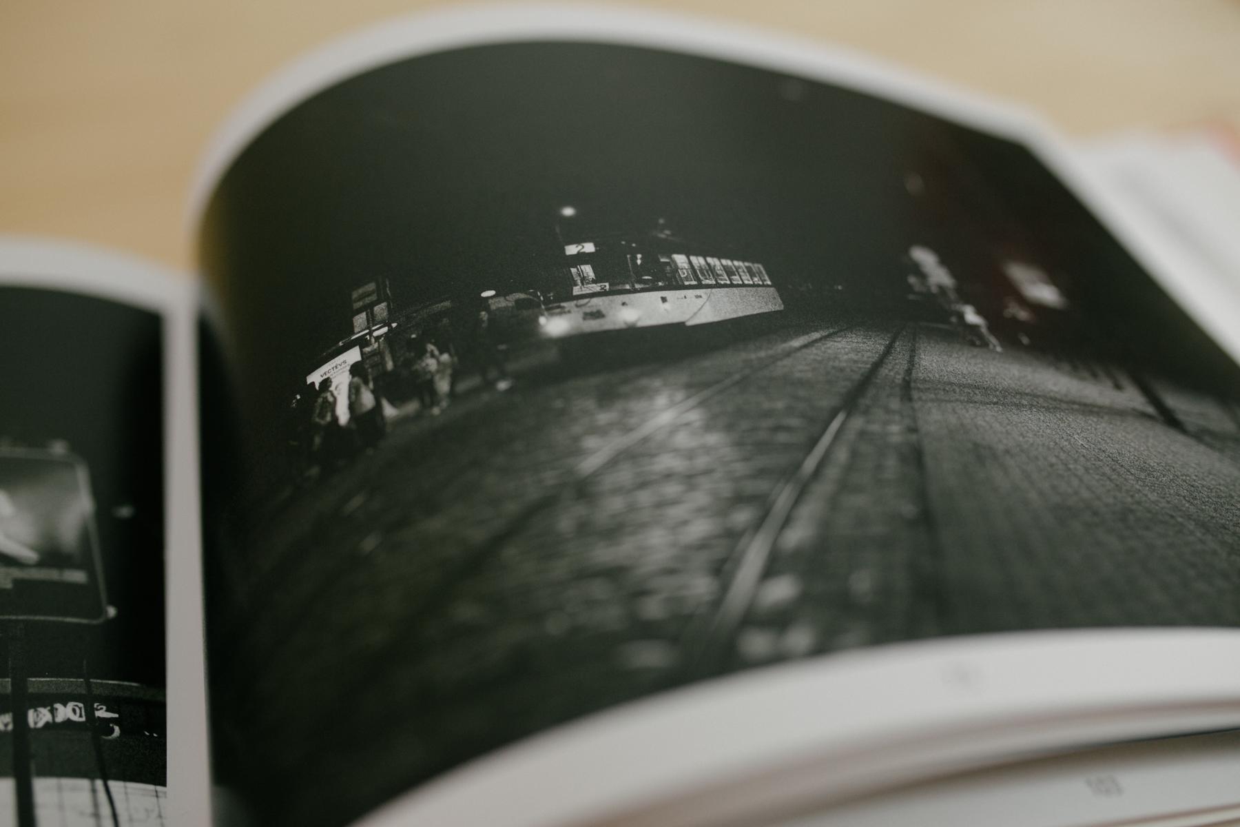 Straßenszene im Bildband über Riga