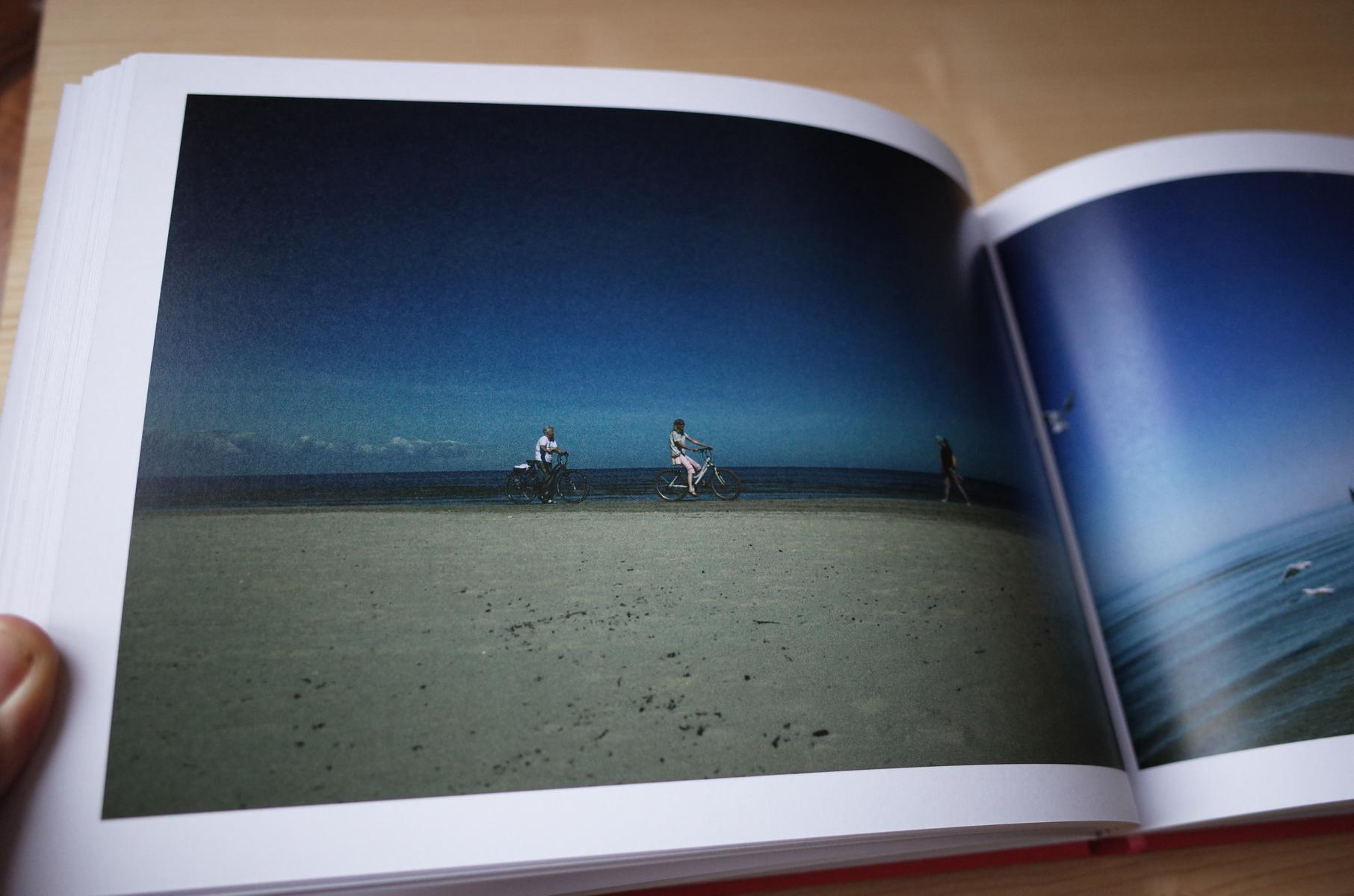 Strandfoto im Buch über Riga