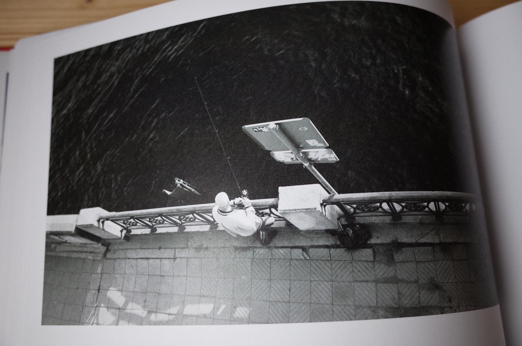 Angler auf Foto im Buch über Riga
