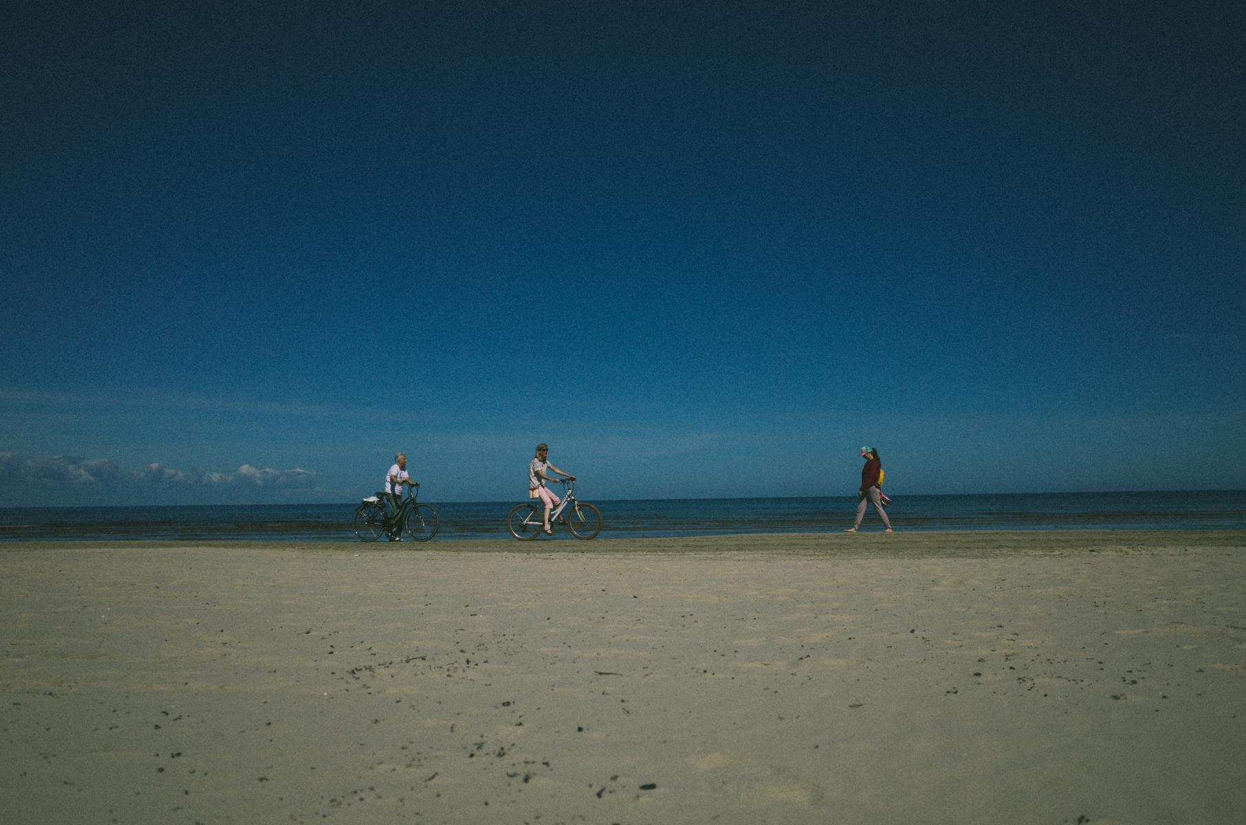 Menschen am Strand von Jurmala bei Riga in Lettland